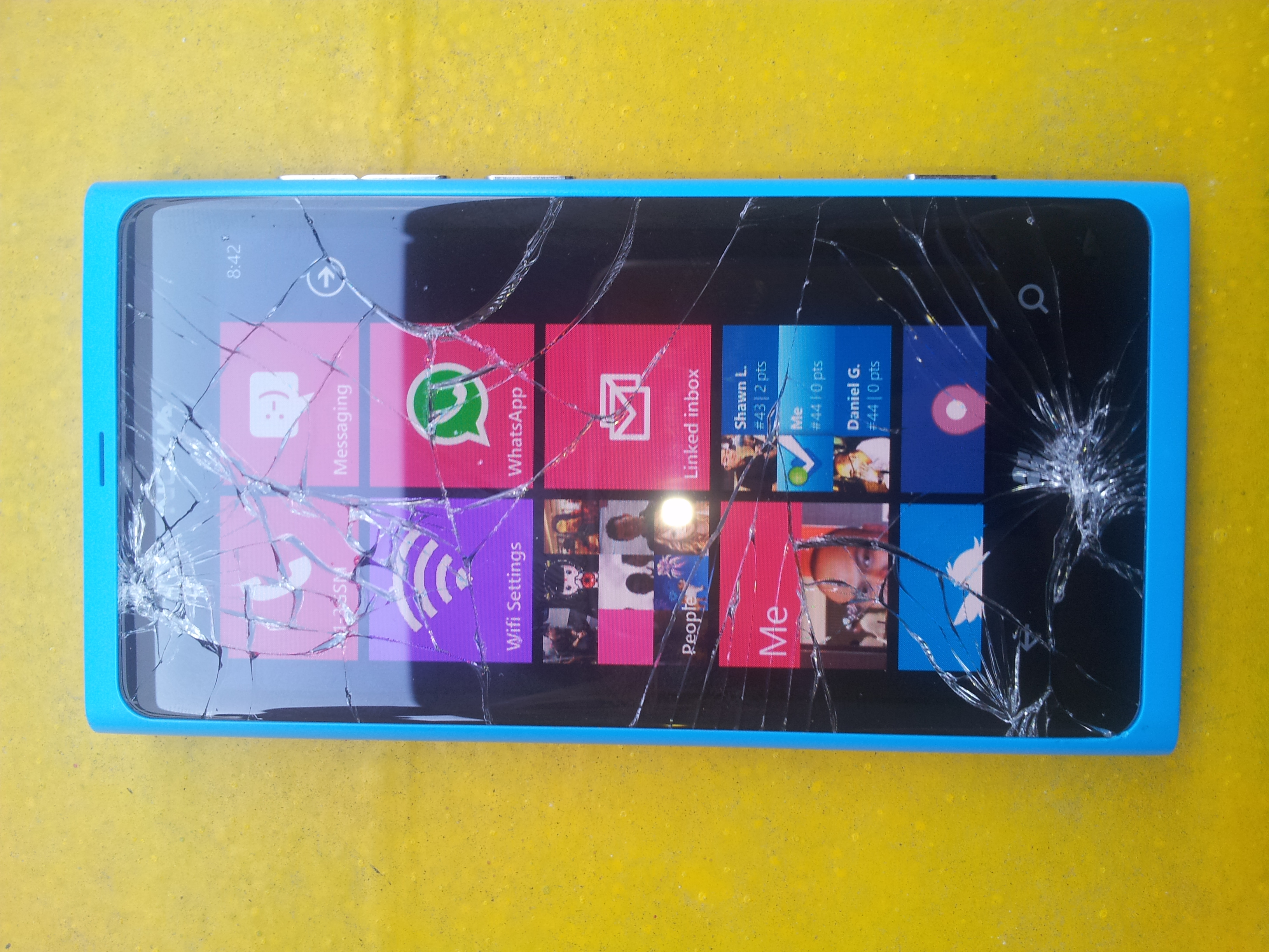 Nokia lumia 800 screen shattered 1